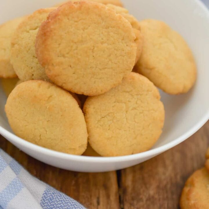 keto Nilla cookies in a white bowl